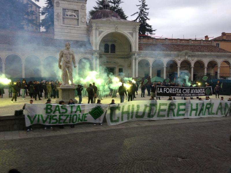 Vivisezione: 'Harlan deve chiudere', 500 animalisti della Foresta Che Avanza in piazza contro la multinazionale a Udine