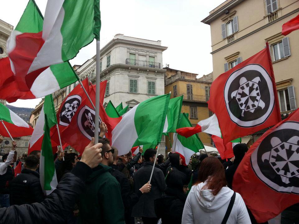 Ascoli, in centinaia in piazza per i Marò