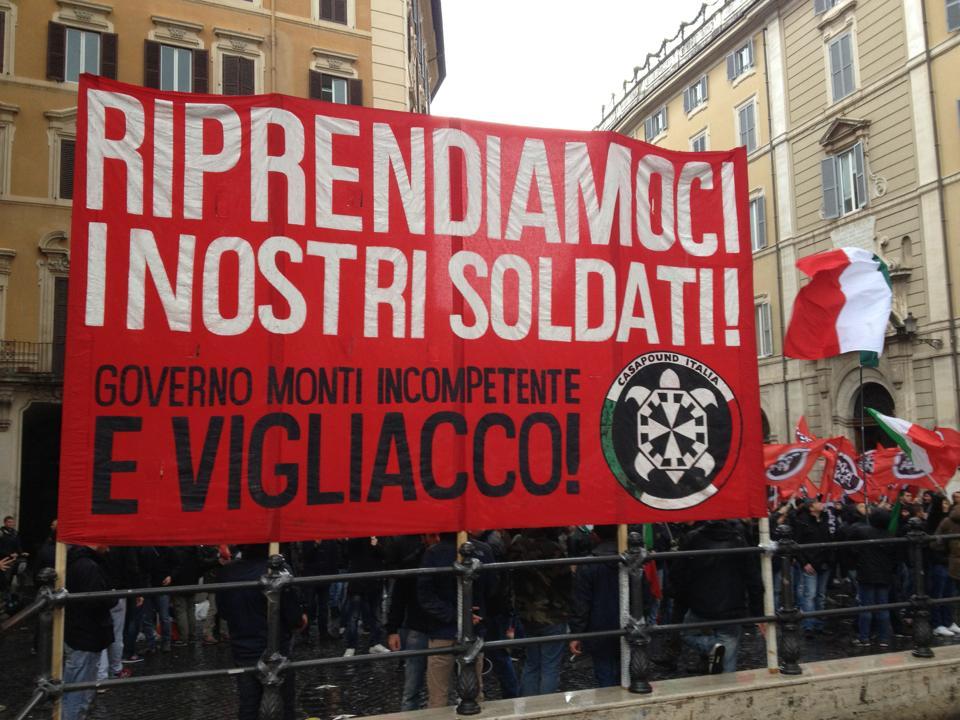 Caso marò: CasaPound Italia, in 400 sotto Montecitorio per fischiare la politica e dire 'riprendiamoci i nostri soldati'