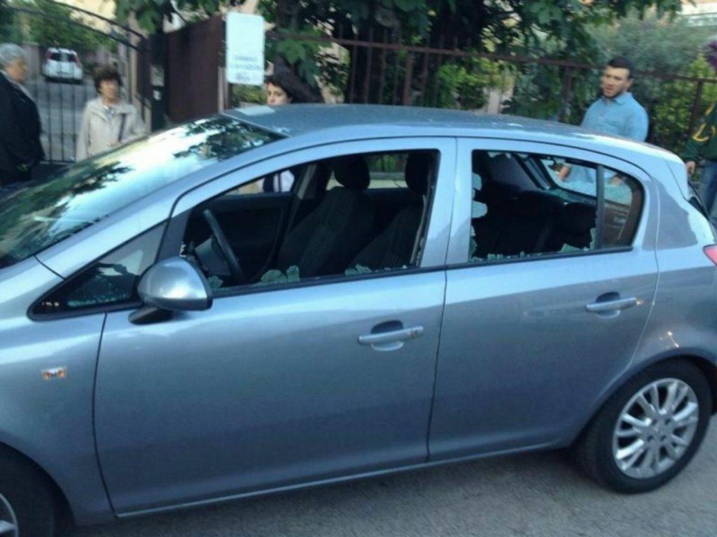 Roma: aggredito candidato sindaco CasaPound Italia, caschi e manici di piccone contro auto Di Stefano