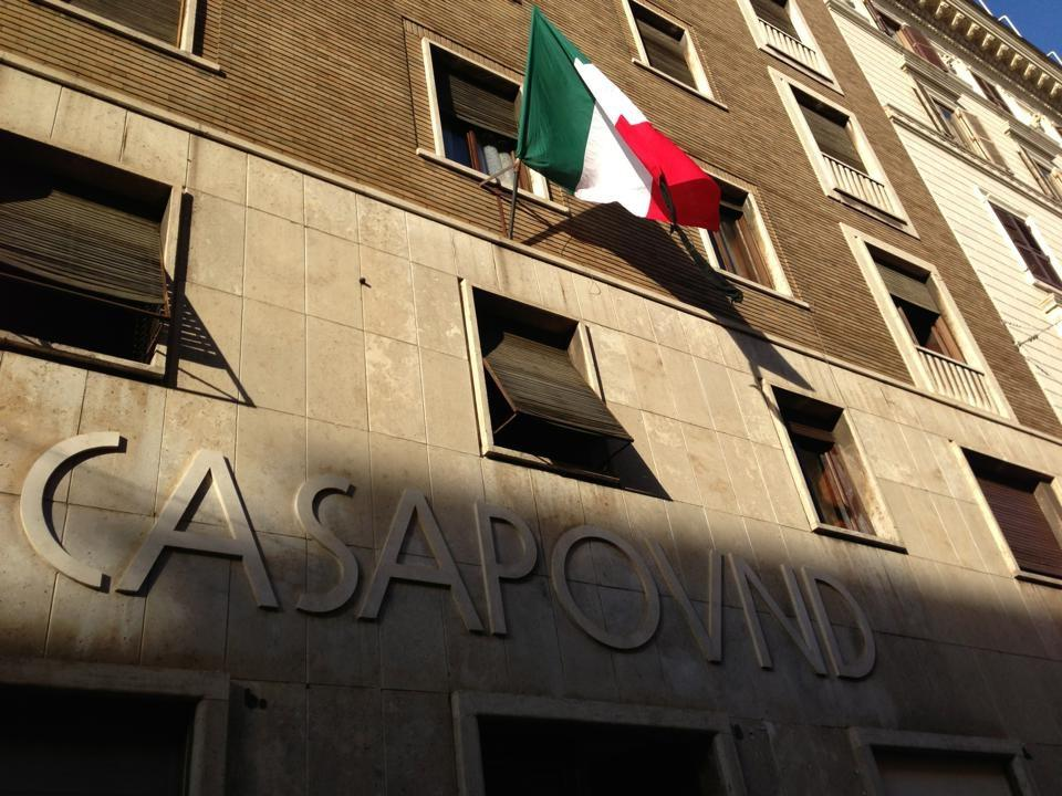 CasaPound: tricolore a lutto sulle finestre di tutta Italia per le vittime di Milano e della crisi