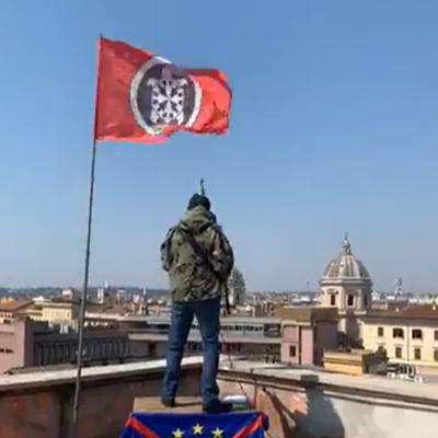 CasaPound fa risuonare l'inno nazionale dal terrazzo