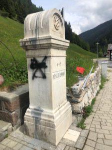 CasaPound rimette il tricolore al confine del Brennero ripulendo il cippo vandalizzato dai secessionisti