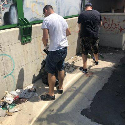 Bari, militanti CasaPound ripuliscono sottopassaggio da siringhe usate