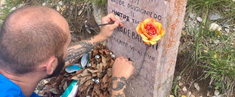 CasaPound ripulisce la lapide dedicata a Battisti e Filzi sul Corno Battisti
