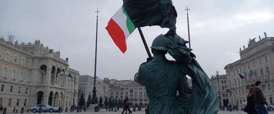 3 novembre, CasaPound Italia issa tricolore sul bersagliere di Piazza Unità a Trieste