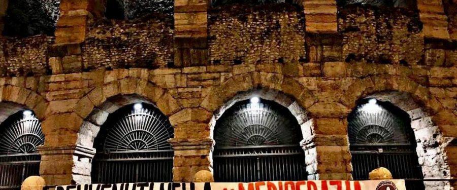 """Governo, striscioni di CasaPound in tutta Italia: """"benvenuti nella mediocrazia"""""""