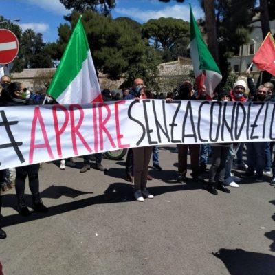 Militanti di CasaPound scendono in piazza a Palermo insieme ai lavoratori in protesta contro il Governo