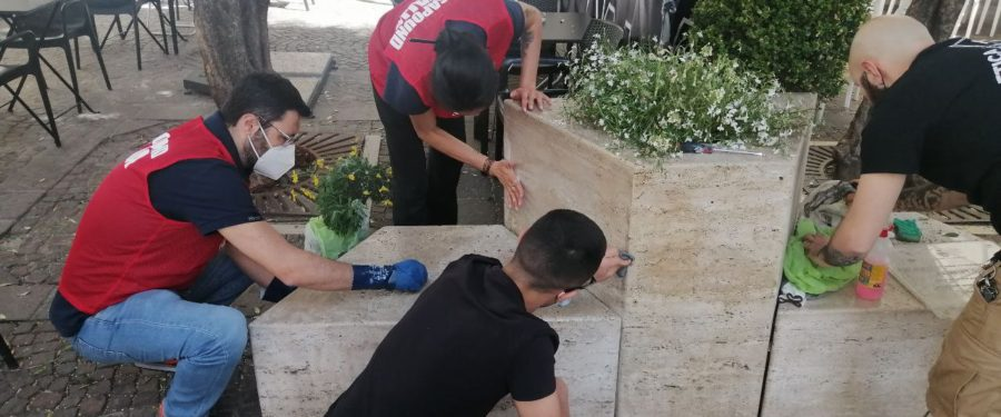 Militanti di CasaPound riqualificano la stele dedicata a Carlo Falvella a Salerno