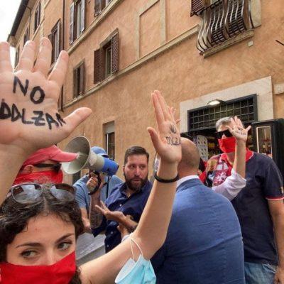 """DDL Zan, blitz di CasaPound al Senato con cartelli e bavagli: """"legge liberticida che non serve al Paese"""", la polizia carica i manifestanti"""
