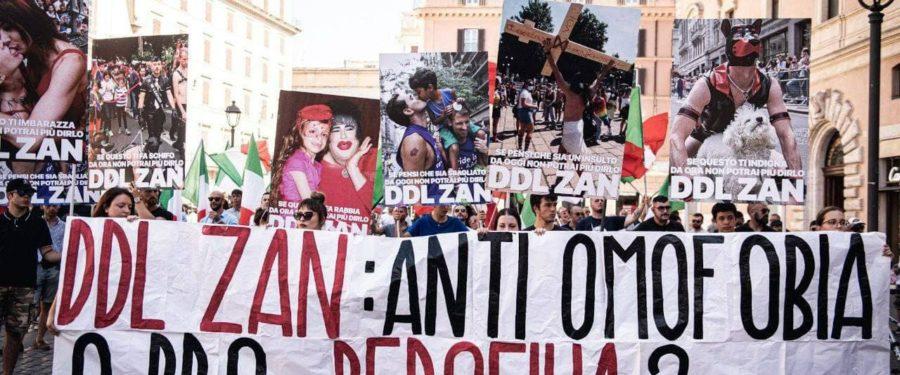"""Ddl Zan, CasaPound manifesta in piazza San Silvestro: """"non deve passare, potrebbe contribuire a sdoganare pedofilia"""""""